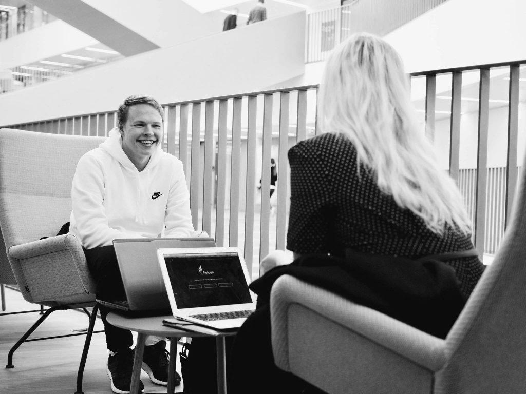 Photo en noir et blanc d'un homme et d'une femme en train de parler de stratégie digitale et de création de buyer persona