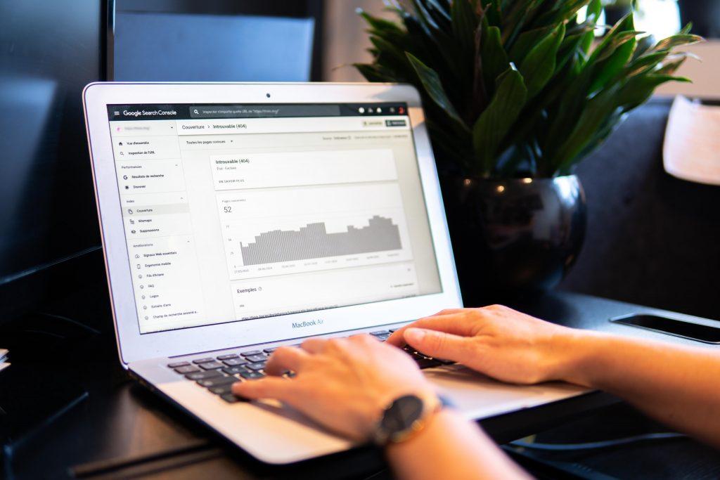 Photo d'un ordinateur avec des données d'analyse à l'écran, illustration pour l'article de blog concernant les KPI marketing