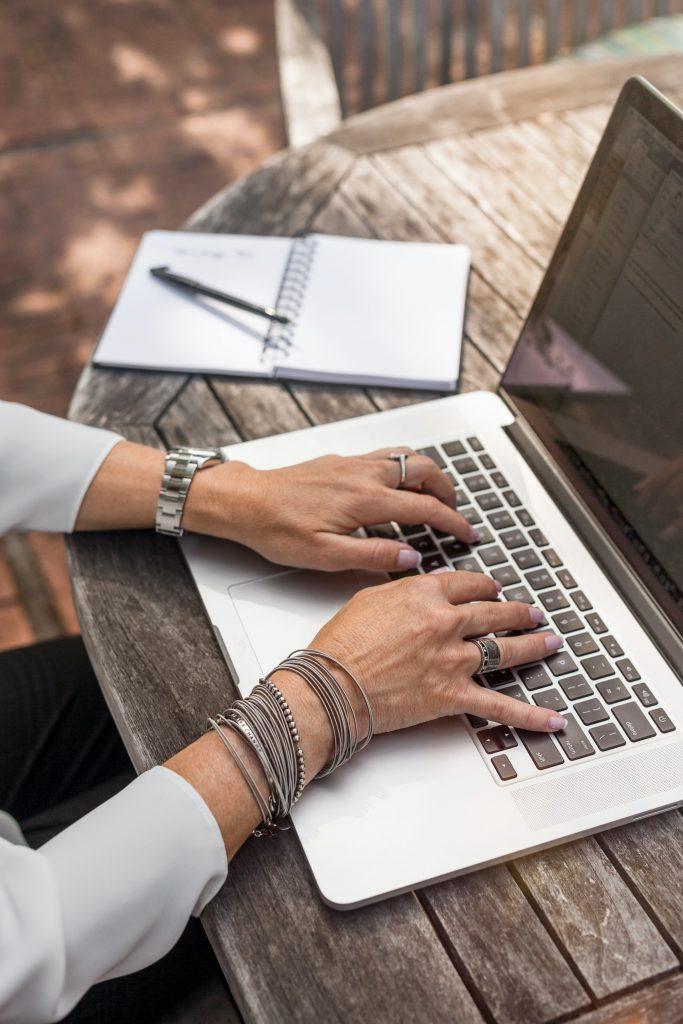 Photo des mains d'une personne en train d'écrire un blog professionnel