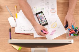 personne en train de travailler photo prise de haut illustration pour l'article de blog au sujet du marketing de contenu