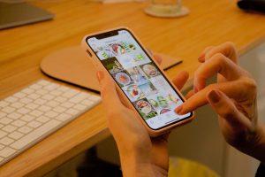 Téléphone portable dans les mains avec des publications Instagram